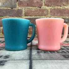 Tasses Fire King ''milk glass'' rose et bleu